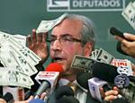 Presidente da Câmara, Eduardo Cunha, tem cédulas com a imagem de seu rosto jogadas em sua cara
