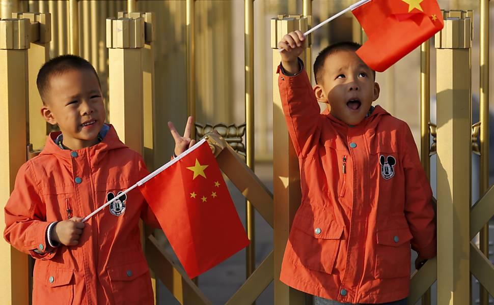 China encerra política de um filho por casal