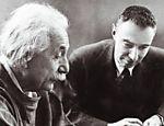 O físico alemão Albert Einstein (à esq.) e e o físico norte-americano Robert Oppenheimer, pais das bombas atômicas norte-americana