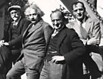 Os cientistas (da esq. para a dir.) Ferdinand Ellerman, Albert Einstein, Walther Mayer, Edwin Hubble, no Monte Wilson, na Califórnia (EUA)
