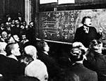 O físico alemão Albert Einstein  se apresenta em Paris, um ano após ganhar o Nobel