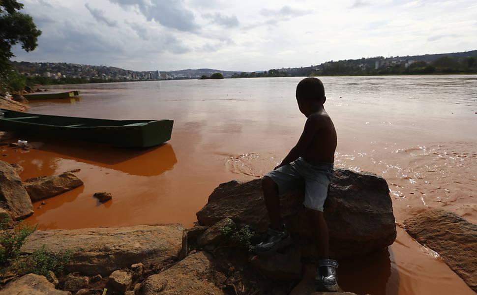 Lama da barragem de Mariana (MG) atinge o mar no ES, em 2015