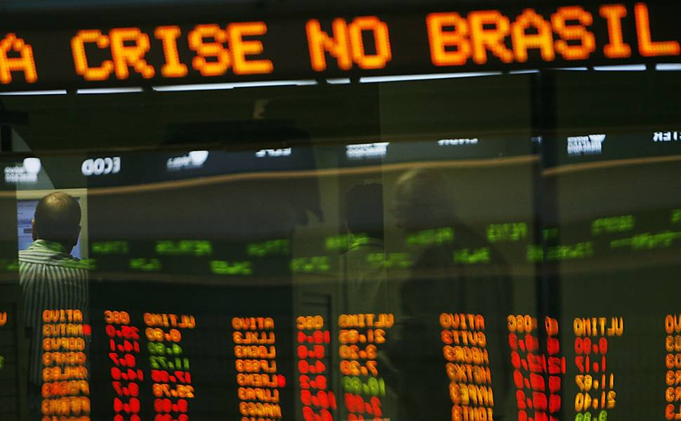 PIB brasileiro cai e mantém recessão