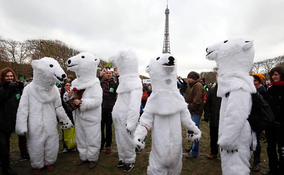 Manifestantes se fantasiam de ursos polares em ato convocado por diversas ONGs perto da Torre Eiffel, em Paris