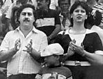 Imagem sem data mostra Pablo Escobar e sua mulher, Victoria Eugenia Henau, com seu filho mais velho