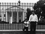 O traficante Pablo Escobar e o filho mais velho, Juan Pablo, em frente à Casa Branca, em Washington, nos Estados Unidos