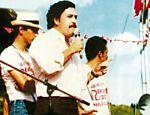 O traficante colombiano Pablo Escobar discursa durante campanha eleitoral; foto está na biografia