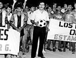 Pablo Escobar em campo de futebol na Colômbia; líder do narcotráfico financiava times amadores e construiu casas populares
