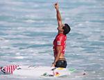 Adriano de Souza, o Mineirinho, aponta para o céu após avançar na última etapa do Mundial de Surfe de 2015, em Pipeline, no Havaí