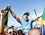 Adriano de Souza, o Mineirinho, comemora após vencer o Mundial de Surfe de 2015