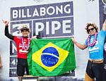 Mineirinho (dir.) recebe o troféu do mundial ao lado de Gabriel Medina