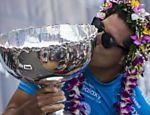 Mineirinho recebe o troféu do Mundial de Surfe de 2015