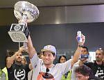 Mineirinho chega ao aeroporto de Guarulhos com o troféu de campeão mundial de surfe