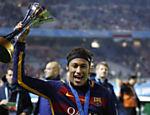 Neymar exibe o troféu do Mundial de Clubes da Fifa