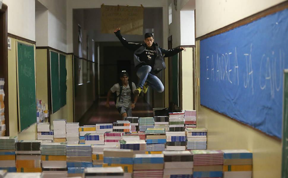 Estudantes desocupam escola Fernão Dias