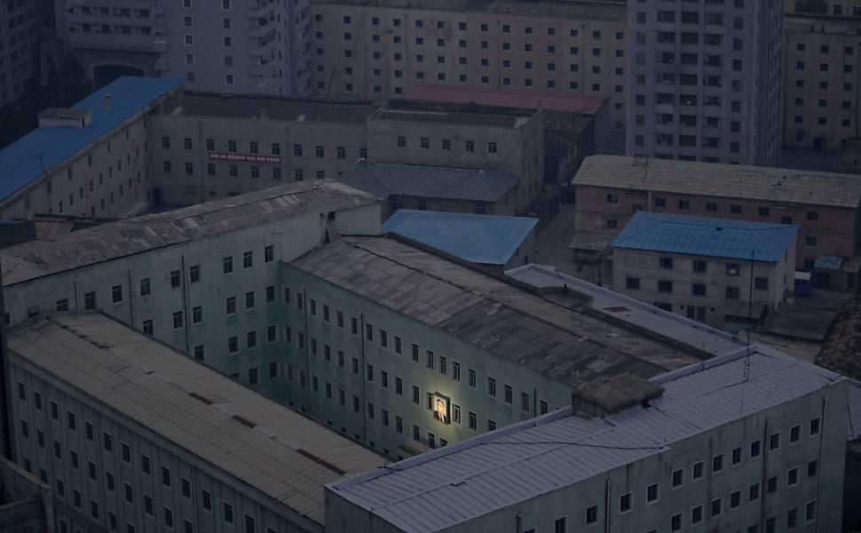 Foto premiada mostra prédios na capital Pyongyang com uma imagem iluminada do fundador da Coreia do Norte, Kim Il-sung