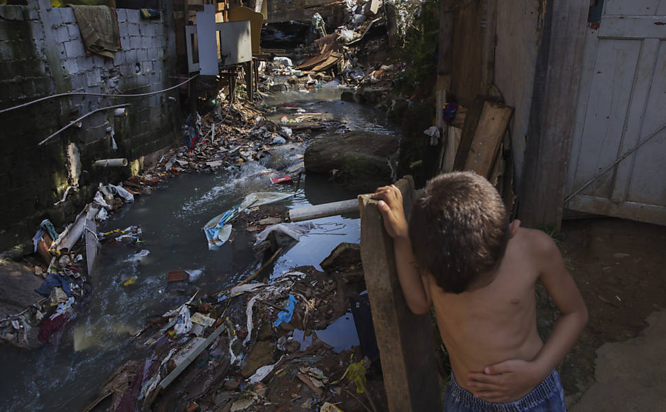 Crianças da favela da 13 em Osasco brincam ao lado de córrego onde e jogado o esgoto de todas as casas da comunidade