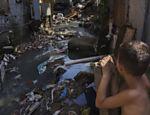 Córrego ao lado da favela da 13, em Osasco. Brasil deverá atrasar em pelo menos 20 anos meta de saneamento básico, diz estudo