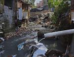 Tubos despejam esgoto diretamente no córrego que atravessa a Favela da 13 em Osasco, Grande São Paulo