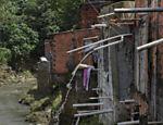 Tubos despejam esgoto das casas diretamente no córrego do Canivete no Jardim Damasceno, zona norte de São Paulo