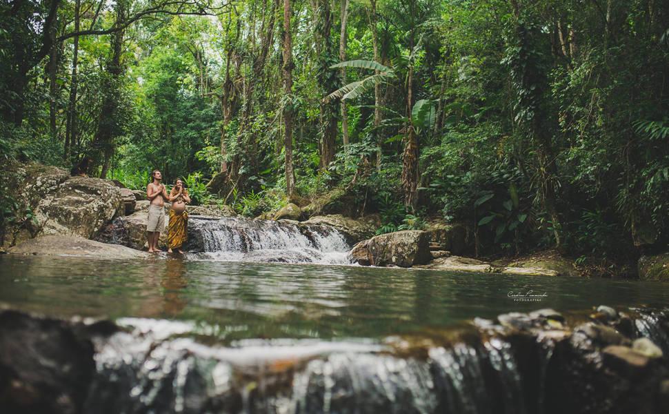 Grávida faz ensaio na cachoeira