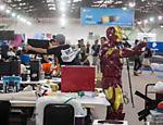 Na imagem, participantes arrumam seus computadores para o início das atividades. A Campus Party terá duração de seis dias e vai até o próximo domingo (31)
