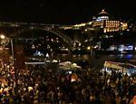 Na véspera do dia de São João, em 24 de junho, a cidade do Porto se mobiliza para os fogos de artifício à beira do rio Douro
