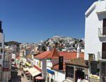 As casas de Albufeira, no sul do país, têm suas paredes caiadas, fazendo o sol brilhar pelas ruas da cidade