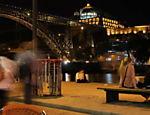 À beira do rio Douro, turistas e moradores do Porto aproveitam as quentes noites do verão português