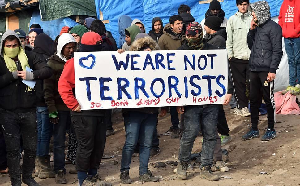 França desmonta parte de acampamento em Calais