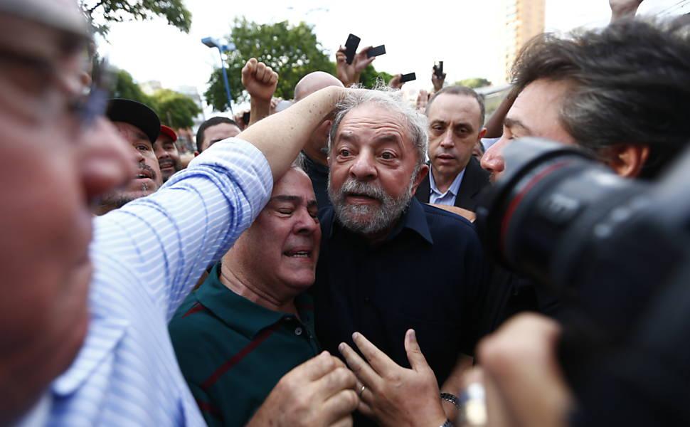 PF faz operação na casa do ex-presidente Lula, em 2016