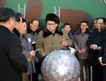 Após anunciar ter miniaturizado ogiva nuclear para caber em mísseis, Kim Jong-un posa ao lado do que seria maquete do projétil