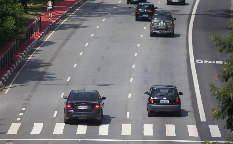 Motoristas avançam sinal vermelho