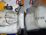 Peças de vestuário com iniciais estampadas