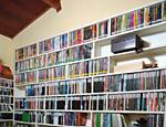 Prateleira no escritório com o acervo de CDs e DVDs