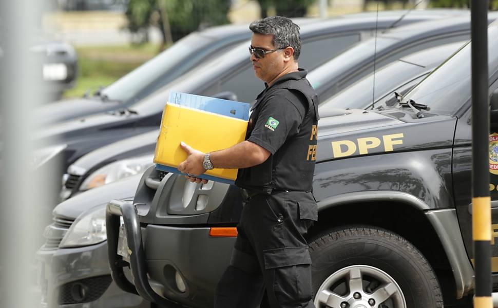 Oficial leva documentos para a sede da Polícia Federal de São Paulo, na Lapa, durante a operação