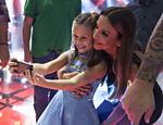 Rafa Gomes, 10, uma das finalistas, tira selfie com Ivete Sangalo