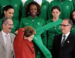 Nuzman observa a presidente Dilma vestir a jaqueta dos atletas brasileiros para a Olimpíada de Londres