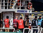 No porto de Dikili, na Turquia, policial escolta migrante deportado da Grécia