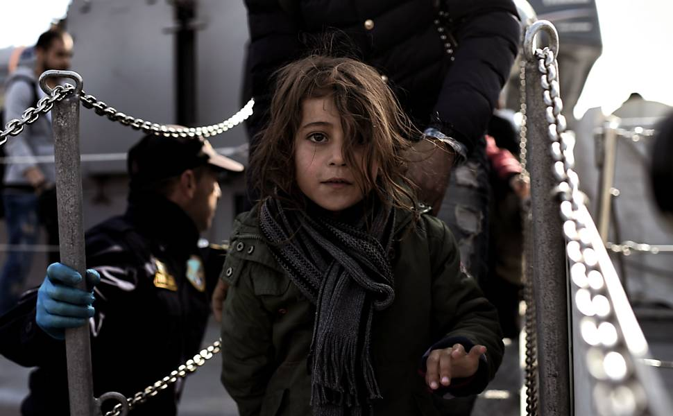 Migrantes e refugiados desembarcam na ilha de Lesbos, na Grécia