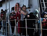 Migrantes e refugiados chegam no porto de Mytilene, na Grécia