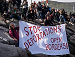 Ativistas alemães protestam no porto de Dikili contra a deportação de migrantes para a Turquia