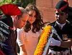 Kate Middleton e o príncipe William depositam coroa de flores no monumento Porta da Índia, em Nova Deli, na índia