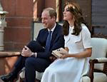 Kate Middleton e o príncipe William tiram seus sapatos para prestar respeito durante visita ao Gandhi Smriti, museu dedicado à memória de Mahatma Gandhi, em Nova Deli, na índia