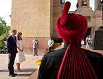 Kate Middleton e o príncipe William prestam condolências no monumento Porta da Índia, em Nova Deli, na índia