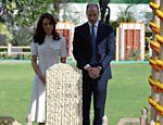Kate Middleton e o príncipe William prestam condolências durante visita ao Gandhi Smriti, museu dedicado à memória de Mahatma Gandhi, em Nova Deli, na índia