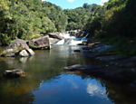 Cachoeira do rio Paraibuna, no parque estadual da Serra do Mar; trilha autoguiada margeia o rio em um percurso de 1,7 km