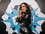 Anitta posa para a imprensa no camarim do Barra Music, no Rio, durante a estreia de sua turnê