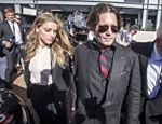 Johnny Depp e sua mulher Amber Heard deixam o Tribunal de Southport em Gold Coast, na Austrália; Depp e Heard compareceram à audiência sob acusação de terem contrabando ilegalmente seus dois yorkshires, Pistol e Boo, para o país em um jato privado, enquanto o ator filmava mais um filme da franquia