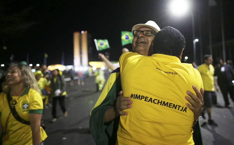 Manifestantes anti-Dilma comemoram decisão da Câmara dos Deputados, que deu aval ao impeachment de Dilma